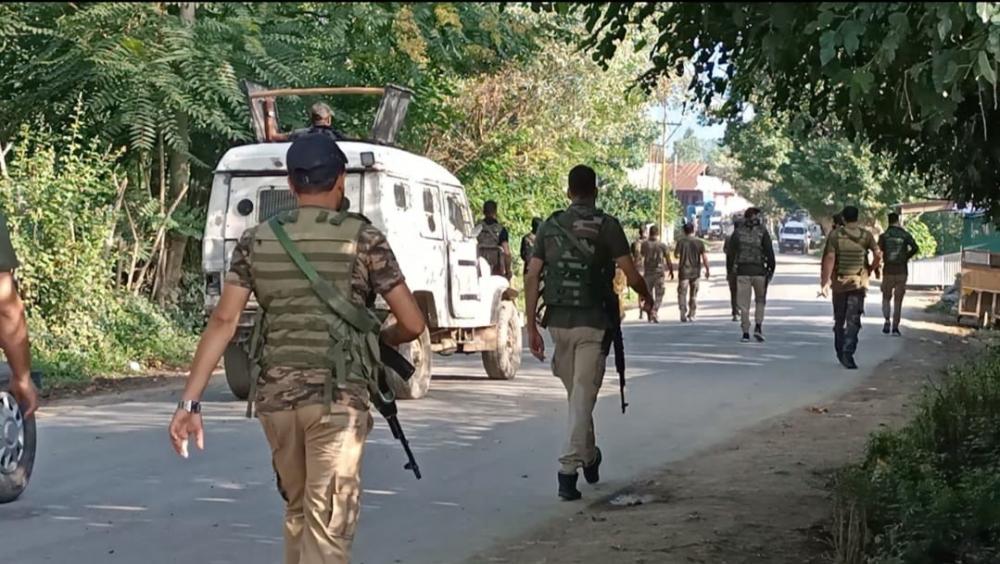 The Weekend Leader - Cop, civilian injured in Srinagar militant attack