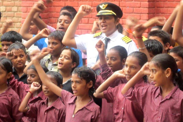 The Weekend Leader - Captain Indraani Singh gives education to underprivileged children through her NGO Literacy India