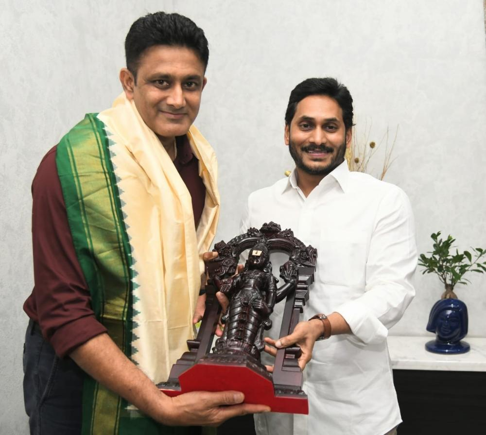 The Weekend Leader - Anil Kumble meets Andhra CM, discusses sports univ