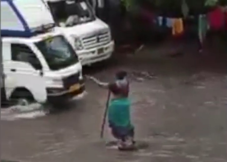 The Weekend Leader - Good Samaritan: Mumbai woman 'guards' open manhole for hours