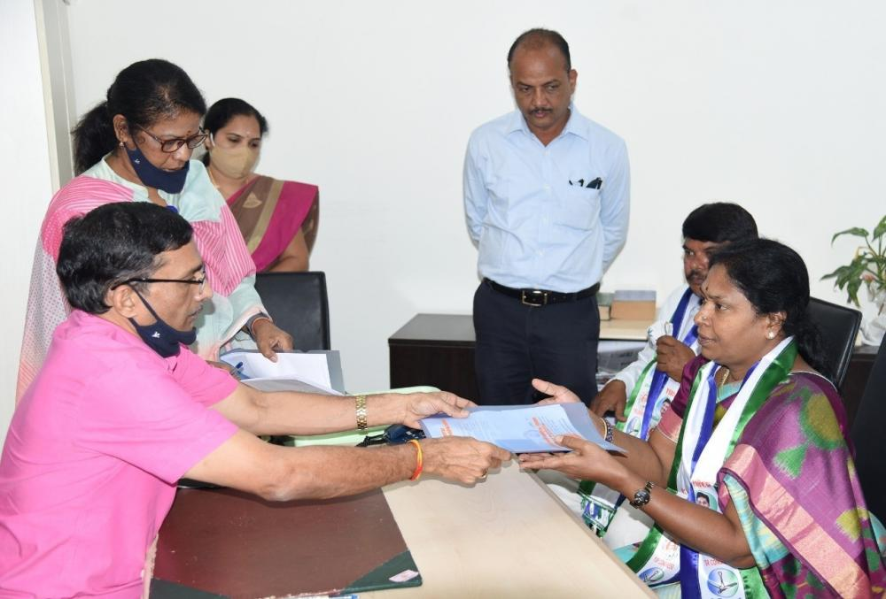 The Weekend Leader - YSRCP pick Sunitha files nomination for Andhra MLC election