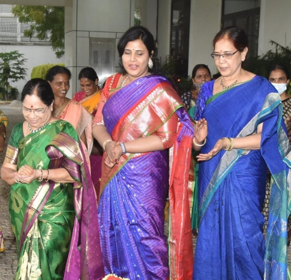 The Weekend Leader - Telangana CM's wife, daughter-in-law take part in Bathukamma