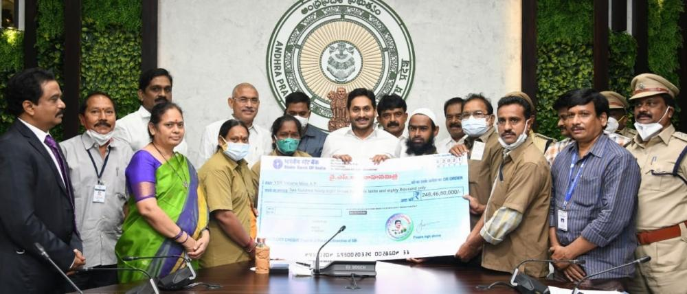 The Weekend Leader - Andhra provides Rs 10K aid to autorickshaw, cab drivers