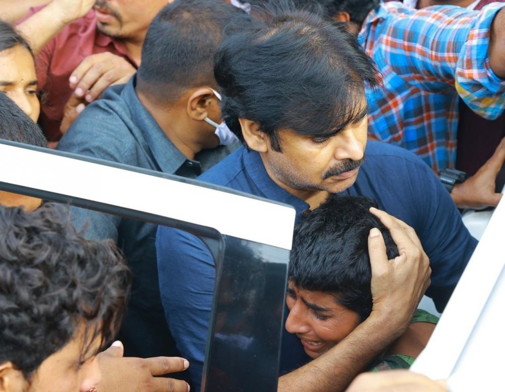 The Weekend Leader - Pawan Kalyan calls up family of Hyderabad rape, murder victim