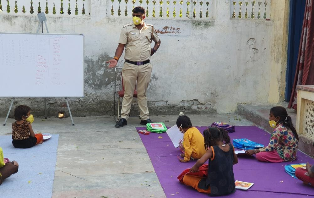 The Weekend Leader - Delhi Police constable imparting education to slum kids