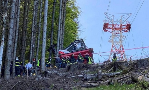 The Weekend Leader - 13 killed in Italy cable car crash