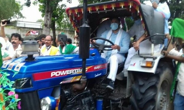 Tejashwi leads tractors' procession