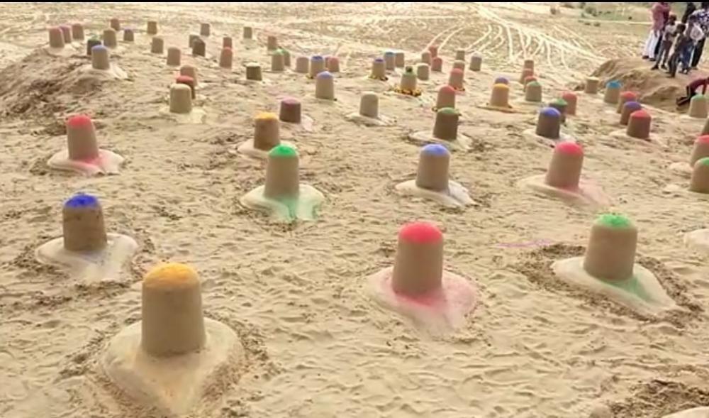 The Weekend Leader - Sand artist creates 108 colourful Shiva lingams in Pushkar