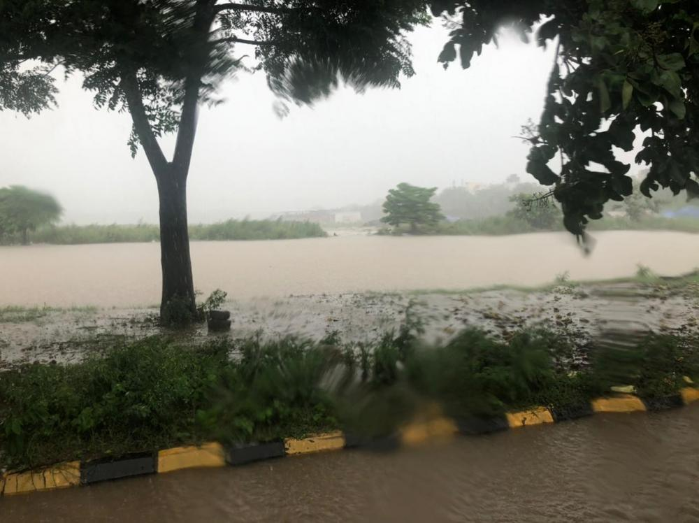 The Weekend Leader - Heavy downpour lashes Gurugram, disrupts traffic movements