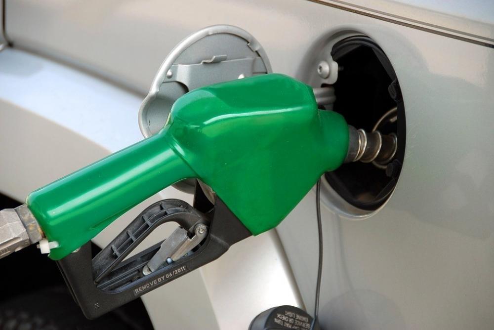 The Weekend Leader - Petrol breaches Rs 100 per litre mark in Mumbai