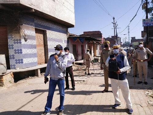 Rampur DM helps rickshaw puller during lockdown