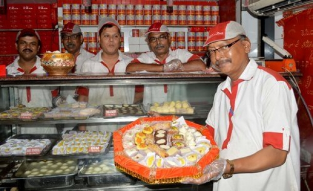 The Weekend Leader -  Story of K C Das, Kolkata rasgulla outlet and Dhiman Das, director K C Das