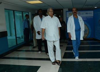 Hearty and cheerful Lalu walks out of Mumbai hospital