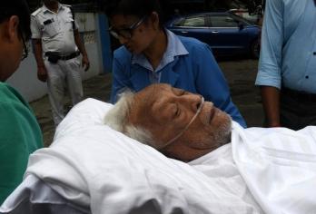 Buddhadeb in hospital after respiratory problem, Mamata pays visit