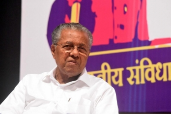 ?Pinarayi Vijayan, Sivasankar helping one another: Cong