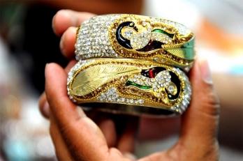 Vaccine hopes push gold below Rs 49,000 per 10 gram